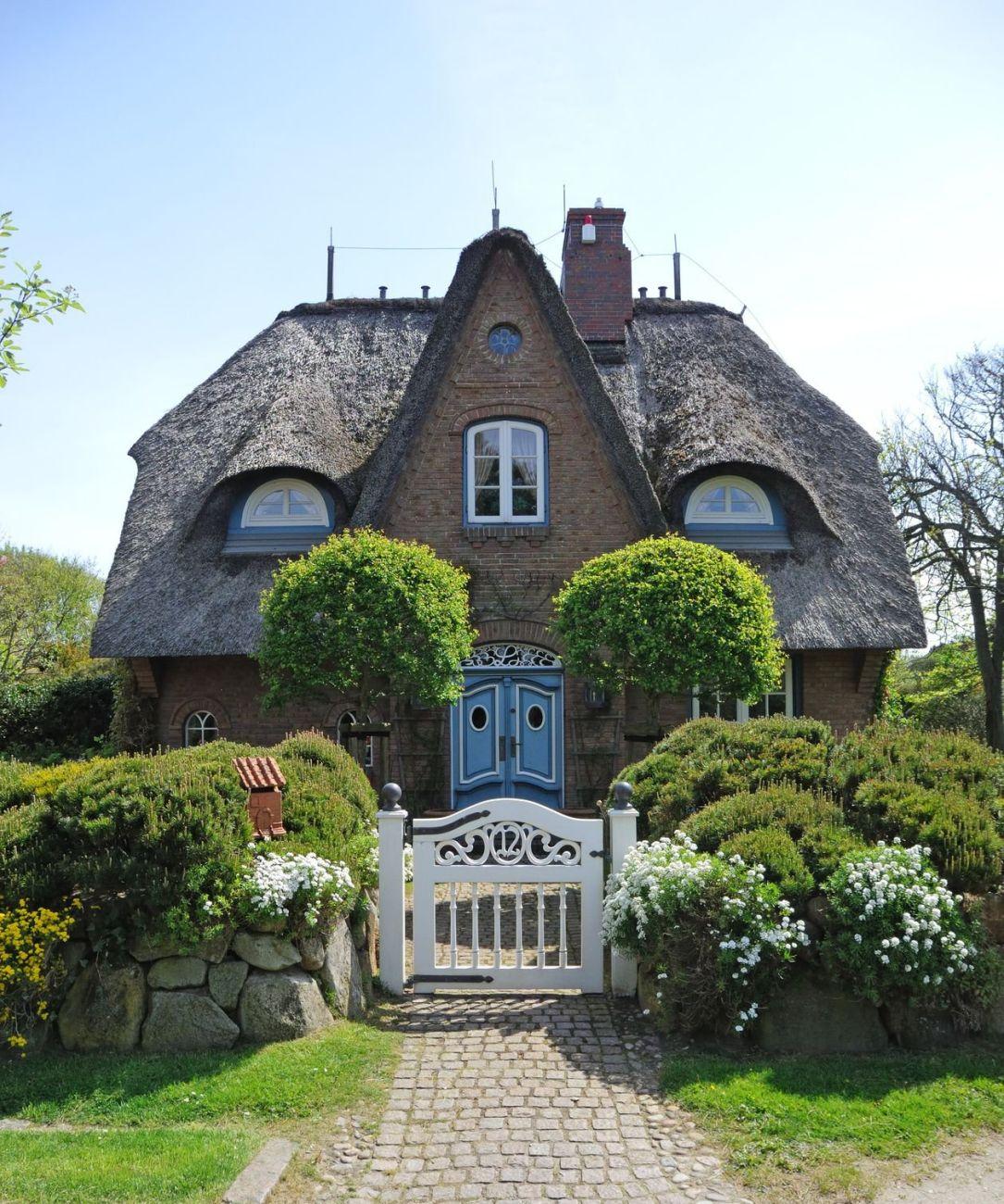 Casele acoperite cu stuf nu sunt doar fermecatoare ci si for Piani di casa cottage storybook