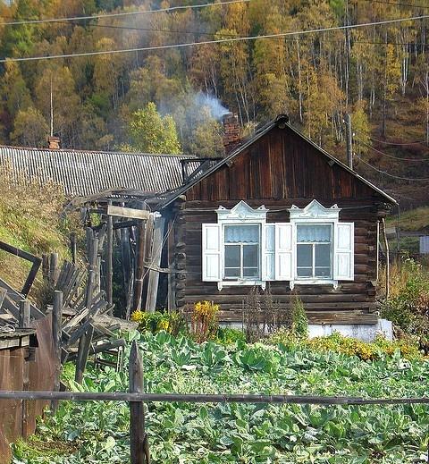 Fabrika de Case - Cultivarea gradinii, una dintre activitatile de familie in perioada sovietica.