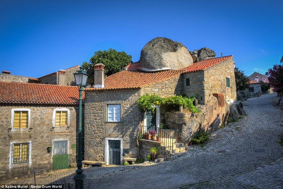 Fabrika de Case - Oamenii s-au adaptat conditiilor si au construit case in jurul bolovanilor