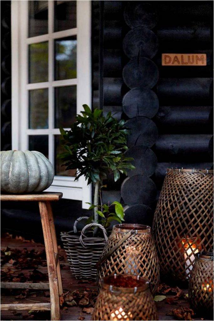 Fabrika de Case - Proprietara a decorat veranda casei cu felinare mari, din ratan