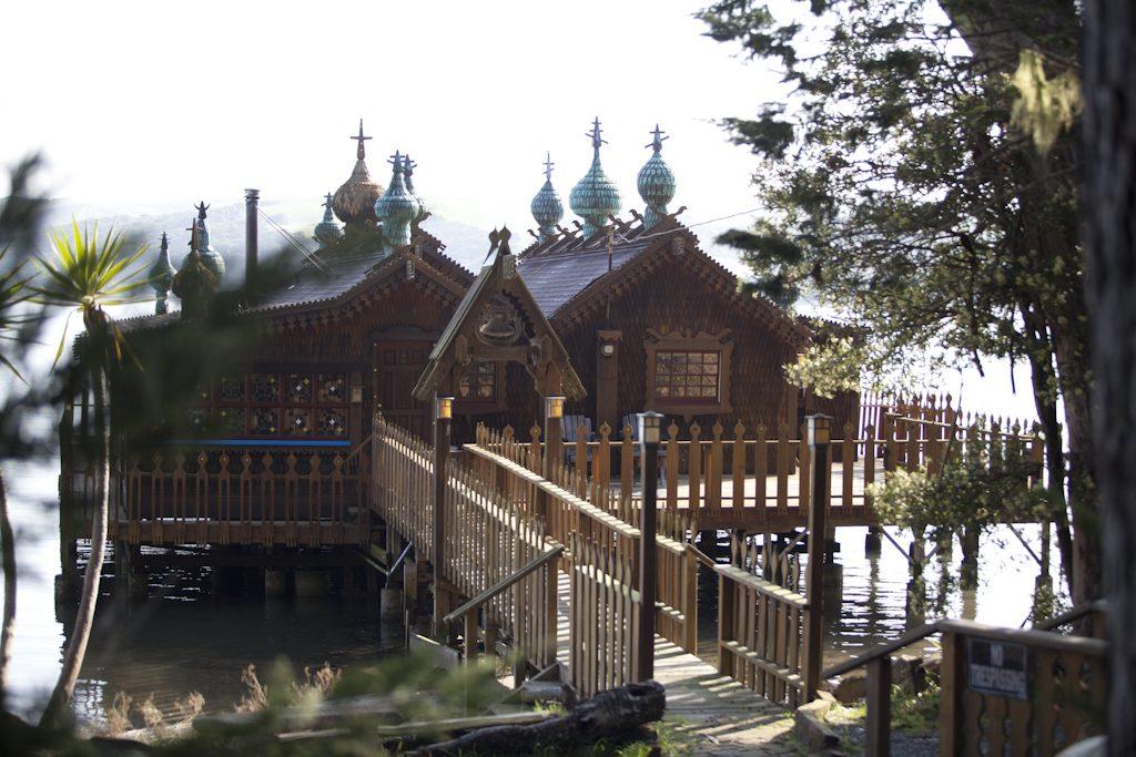 Fabrika de Case - Proprietarul a incercat sa imbine farmecul original al dachei cu elemente din arhitectura locala specifica zonei, asa ca a construit casa pe piloni de lemn