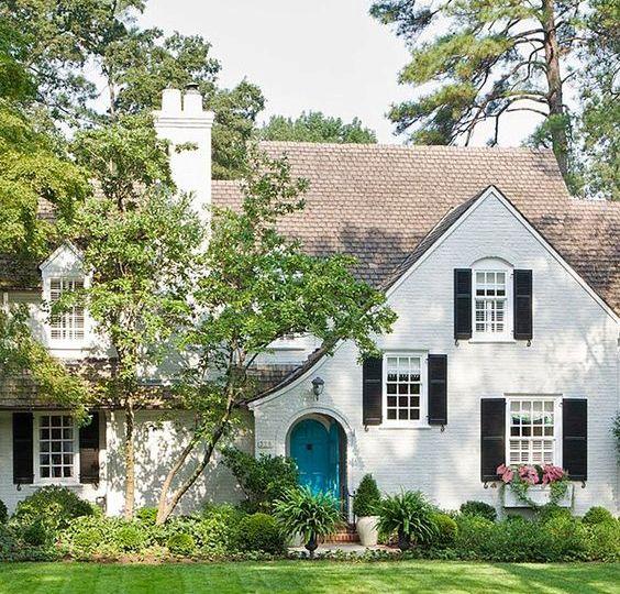 Fabrika de Case - Casa in stil Tudor cu fatada alba