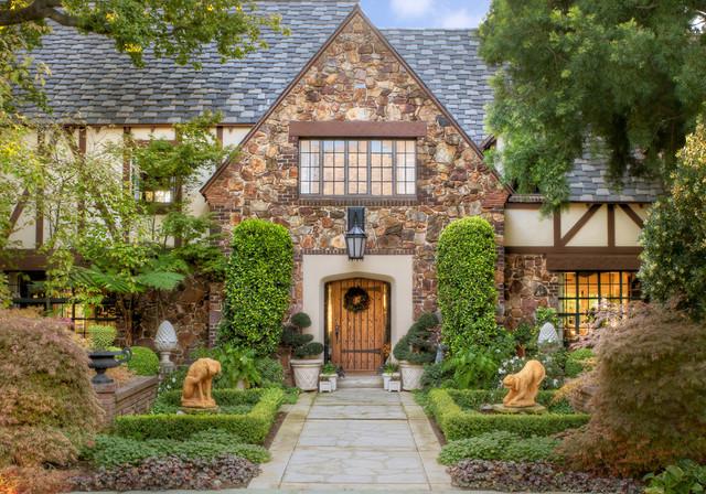 Fabrika de Case - Casa in stil Tudor cu fatada din piatra