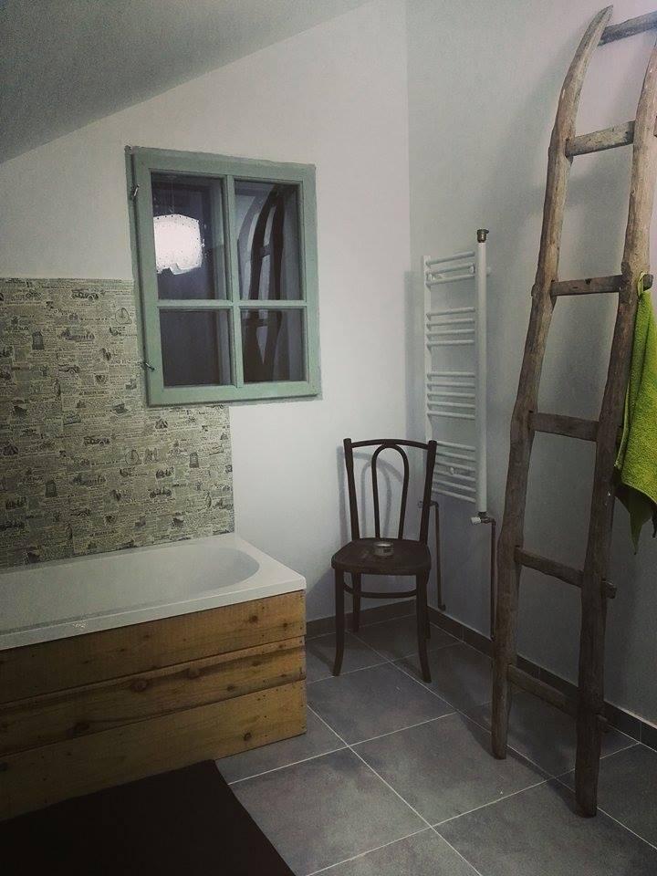 Fabrika de Case - Scara de lemn, pe post de suport pentru prosoape