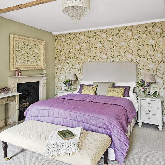 Fabrika de Case - Tapet cu imprimeuri florale in dormitor