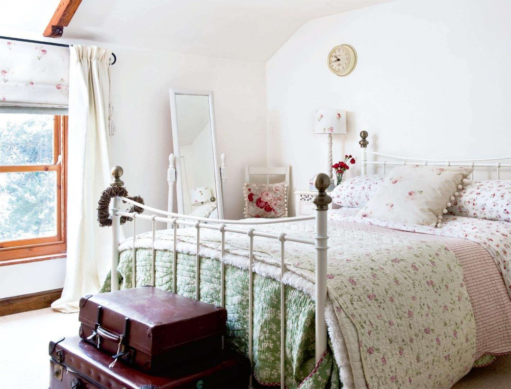 dormitor casa decorata de Craciun