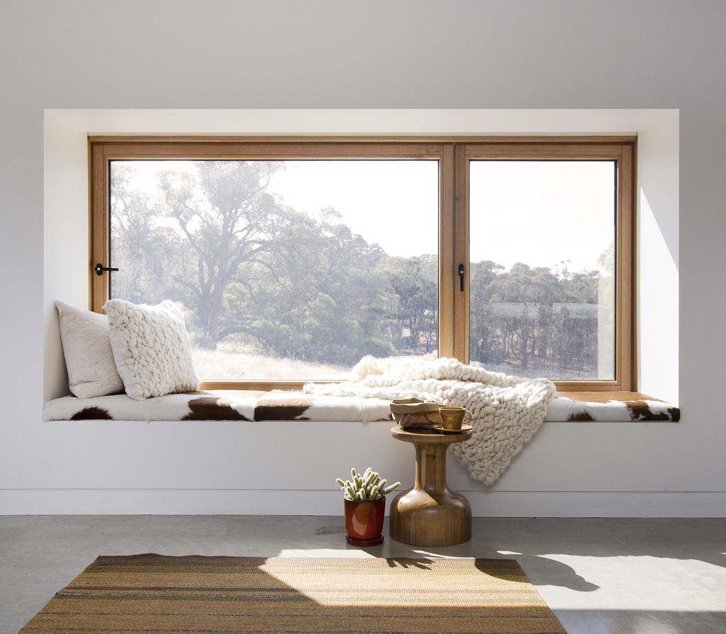 bancheta langa fereastra