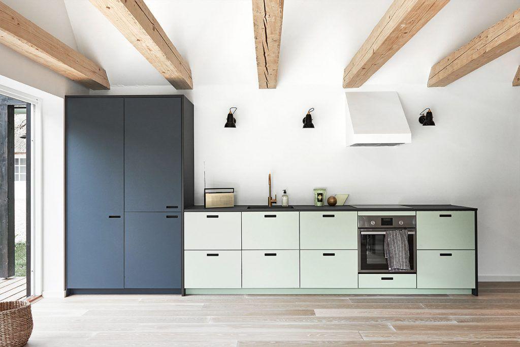 bucătărie minimalistă cu puține dulapuri